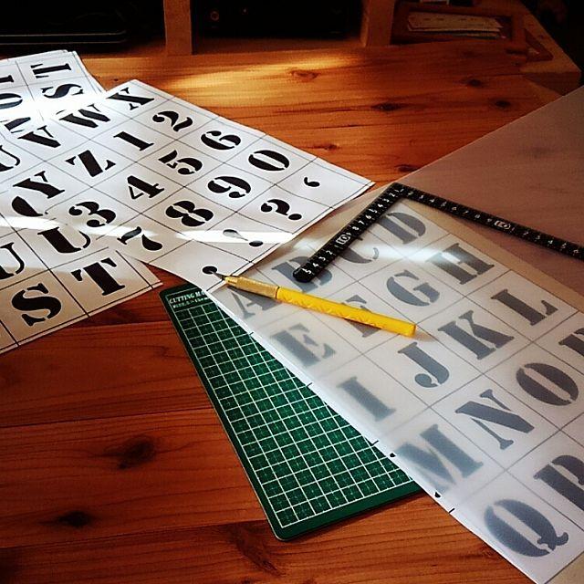 ステンシルとは…絵や文字を切り抜いたプレートを木材や布に当て、その上からお好きな色の絵の具をスポンジで叩いたり、スプレーで色付けしてオリジナルのインテリアを楽しむ方法です。ここでは、自作プレートの作り方から、ステンシルのやり方、活用方法までをご紹介!ほとんどの道具が100円ショップでゲットできるので、初心者さんでも挑戦しやすいですよ。