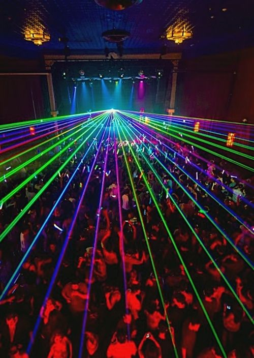 I wanna go to a badass party like this during Senior year, make it a senior highlight