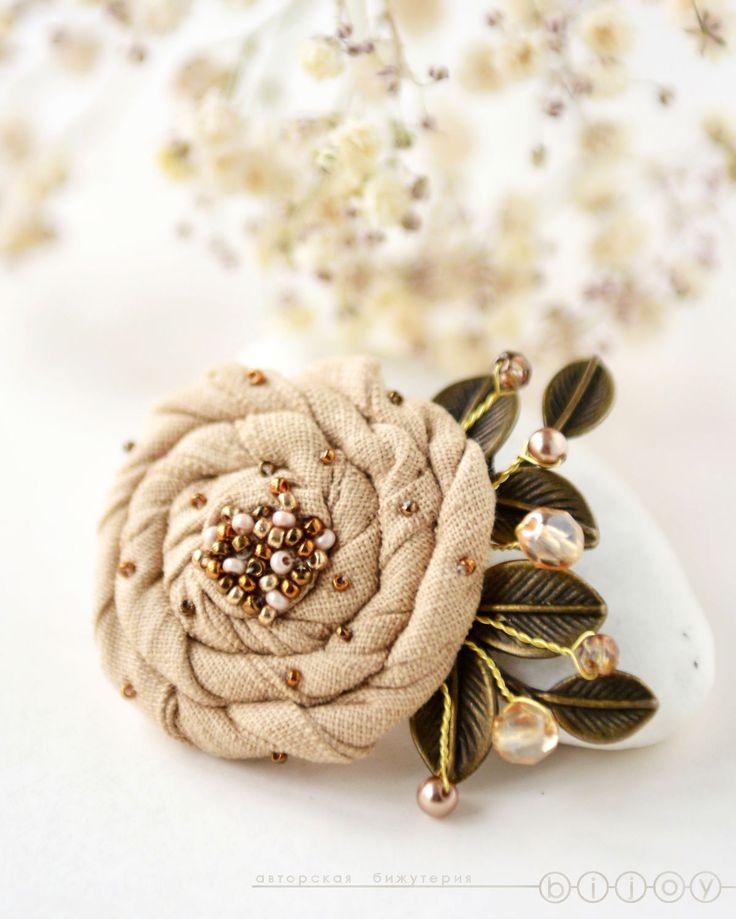 Купить Брошь цветок из ткани «Роза пустыни» - бежевый, песочный, бежевая брошь, песочная брошь