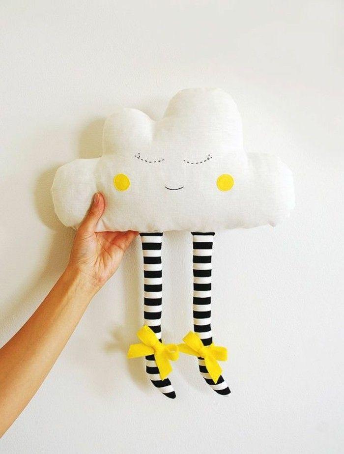 coussin nuage, visage souriant, yeux fermés, rubans et jeux jaunes, pieds rayés
