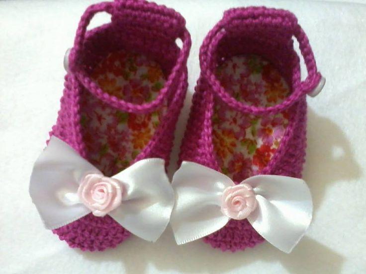 sapatilha pink em crochê, com forro em feltro e laço de cetim. delicada!!
