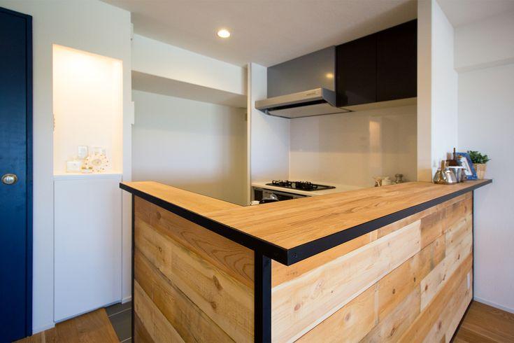 茨木市、築33年の中古分譲マンションをリノベーション。お酒が大好きなご主人こだわりの木目のキッチンカウンターは西海岸をイメージ。 自慢のビアサーバーでお酒を楽しむ開放感溢れるリビングとなりました。広いリビングスペースは将来的に間仕切り壁を作ることで容易に部屋数を増やすことが可能で、家族の成長に合わせて変化していくフレキシブルな空間となりました。