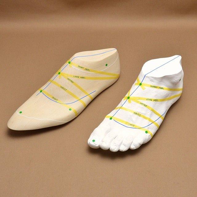 Between the foot and the last #realbespoke 展に展示した、靴ができるまでの紹介。 #shoemaking #lastmaking #shoemaker #lastmaker #靴づくり