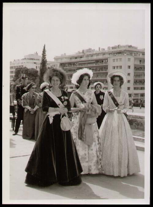 cotilleando: Queen Frederika with her daughters Princess Sophia (later Queen Sofia of Spain) and Princess Irene