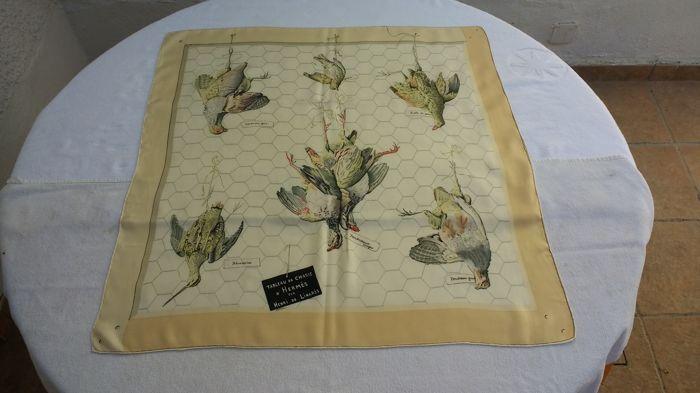 Hermès - sjaal by Henri de Linarés- Tableau de chasse  Deze sjaal met mooie tekeningen van Henri de Linarés heeft links boven 2 hele kleine onopvallende vlekjes. (zie foto)  EUR 1.00  Meer informatie