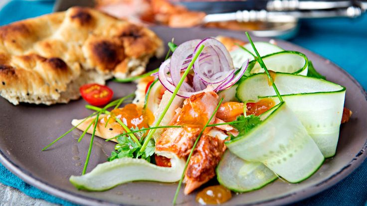 Prøv en litt spicy ovnsbakt tandoori-laks på nanbrød, toppet med mangochutney og yoghurt. (Tandoori spiced salmon, norwegian recipe)    Server med for eksempel agurk i tynne skiver, mangochutney, rødløk i tynne skiver, yoghurt naturell, frisk koriander eller mynte og nanbrød eller pitabrød.    Tips:  Tandooripaste kan erstattes med andre krydderpastaer eller tacokrydder. Lager du tacovarianten kan den serveres i pitabrød med salat, agurk, mais, paprika og rømme.