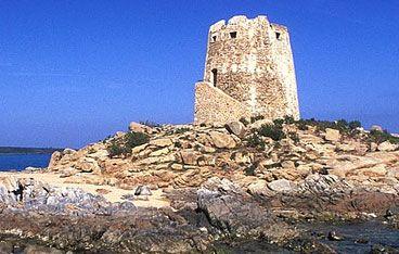 Bari Sardo, torre di Barì--- La torre è costruita con rocce granitiche e basaltiche locali. Troncoconica, ha un'altezza di 12,75me diametro di 11,4malla base e 8mal terrazzo. È provvista di una piccola camera interna circolare, voltata a cupola, di circa 14mq; conteneva una piccola guarnigione ridotta all'alcaide (il capitano della torre) e a due soldati. L'ingresso a questa camera era garantito da un'apertura a di 4mdal suolo; frontalmente all'entrata era collocata una botola che…