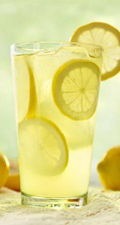 Infos, wie man mit Zitrone abnehmen kann:  Zitrone lässt die Pfunde purzeln und zeigt bereits nach einer Woche sichtbare Erfolge ...