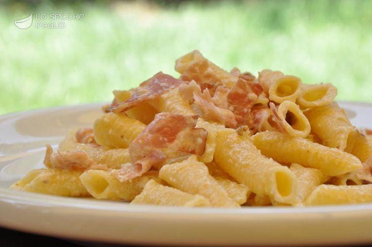 La pasta speck e noci, un primo piatto ricco e molto gustoso, adatto a pranzi o cene di festa. E' essenziale usare uno speck di buona qualità, che con il suo aroma darà un tocco speciale al piatto.