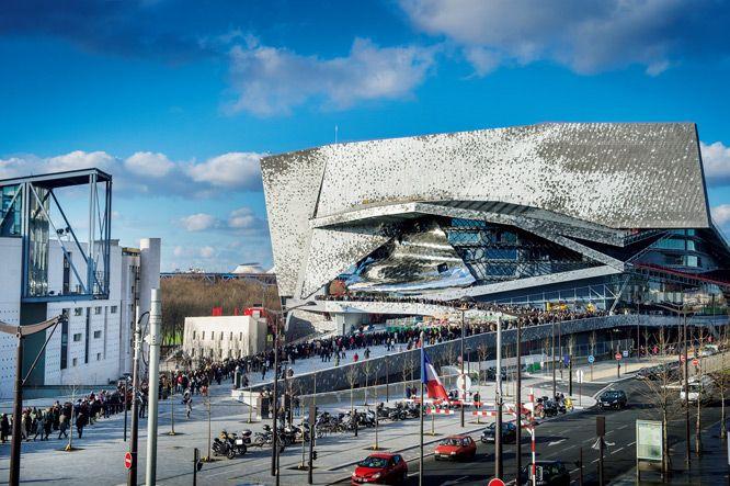 パリ北東部ラ・ヴィレットに、ジャン・ヌーヴェルによる〈パリ・フィルハーモニー〉が完成した。羽ばたく鳥をイメージした意匠もさることながら、ステージを360度から囲む観客席など、技術の粋を極めたメインホールの音響が話題。世界の楽器を集めた博物館、図書館も備えた総合音楽施設の誕生だ。