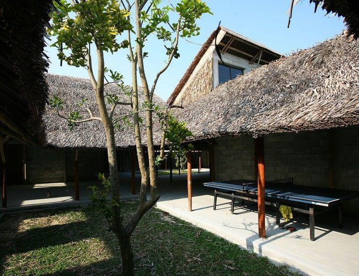 Vietnam'ın UNESCO koruması altındaki Hoi An kentinde yer alan Cam Thanh, ekolojik ve ticari anlamda büyük bir potansiyele sahip olmasına rağmen düşük yaşam koşullarının olduğu bir bölge. Turistik çekim merkezi olan tarihi şehir merkezinin aksine bir dizi köyden oluşan Cam Thanh, düzenli ısı dalgaları ve tayfunlarla sürekli bir etki altında. Hanoi merkezli mimarlık ofisi, tasarladığı kamusal merkezle bölge için yeni bir buluşma ve turistler için bir bilgi merkezi yaratmayı amaçlıyor. Öte…