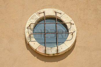 36321686-old-window-circle-design-vintage-on-wall-background.jpg (350×231)