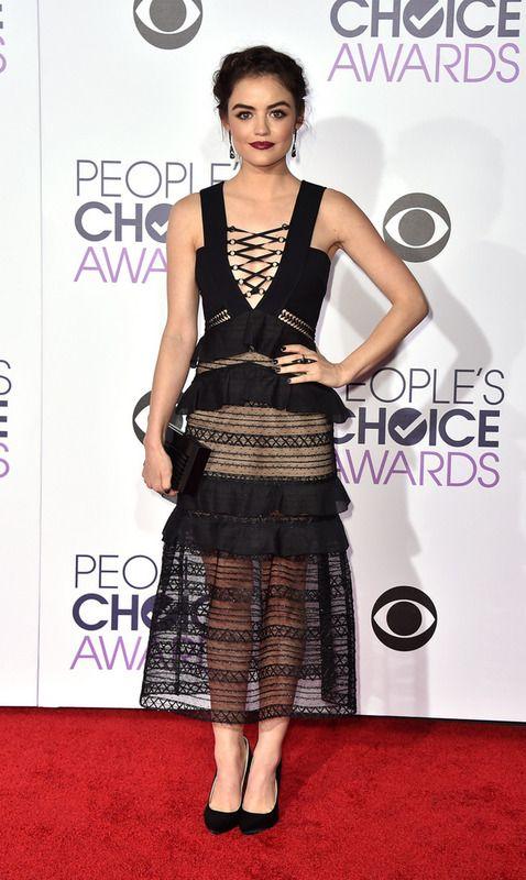Lucy Hale escogió este vestido midi en negro con bordados, transparencias y detalle trenzado en el cuerpo. Para sus accesorios eligió el mismo color.