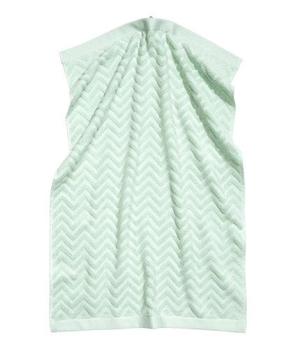 Light pink. Hand towel in cotton terry with a jacquard-weave zigzag pattern and hangers on the short sides. R80