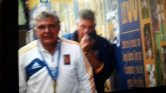 La tradición continúa: jugadores de Tigres le cortan el bigote al Tuca - http://www.esnoticiaveracruz.com/la-tradicion-continua-jugadores-de-tigres-le-cortan-el-bigote-al-tuca/