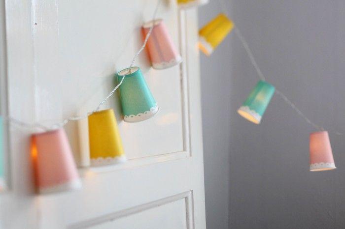 När kvällarna börjar bli mörka vill man ju gärna ha lite mysig belysning inomhus. En fin ljusslinga med små lampskärmar kan man enkelt tillverka av en ljussslinga med led-lampor (sådana som inte...
