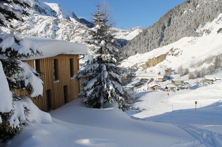 #hostel in #Andermatt direkt neben der #Piste. Die #Talanfahrt von Nätschen liegt hinter der #Hütte. Eine #Unterkunft für skifahrer mit wirklichen #ski-in-ski-out location. Der nächste #sessellift von #Nätschen ist 100m unterhalb der #lodge Welcome to the #freeride #lodge and #hostel in #andermatt, #swiss #Alps  www.basecamp-andermatt.com