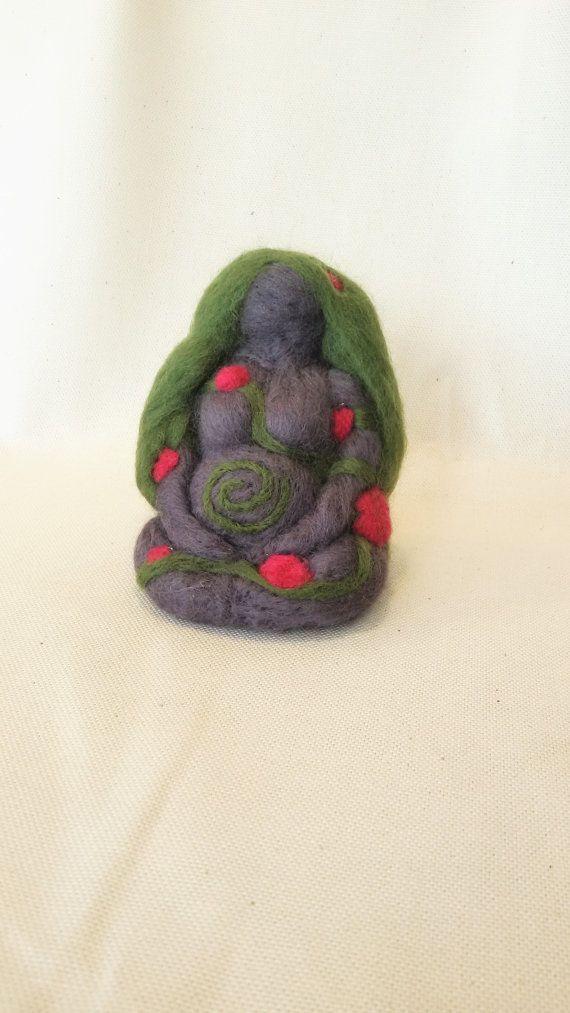 Guarda questo articolo nel mio negozio Etsy https://www.etsy.com/it/listing/275270608/bambola-della-dea-madre-pagan-wiccan