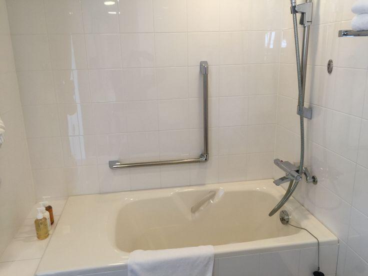 移動がしやすく安全なエプロンの広いバスタブ 水栓の位置の工夫が必要  ホテルフォルツァ長崎