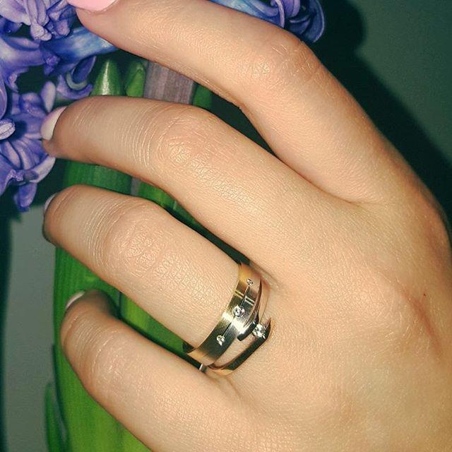 Lśniące połączenie, które na nowo definiuje dwukolorowe kompozycje. Delikatny pierścionek z brylantem z naszej kolekcji zaręczynowej i klasyczna obrączka z trio kamieni - dla amatorek ponadczasowych zestawień.