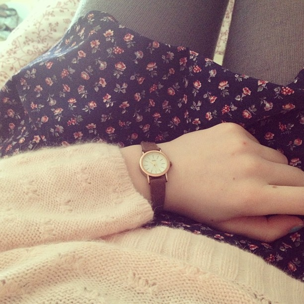 Long floral top, oversized pale pink sweater, grey leggings