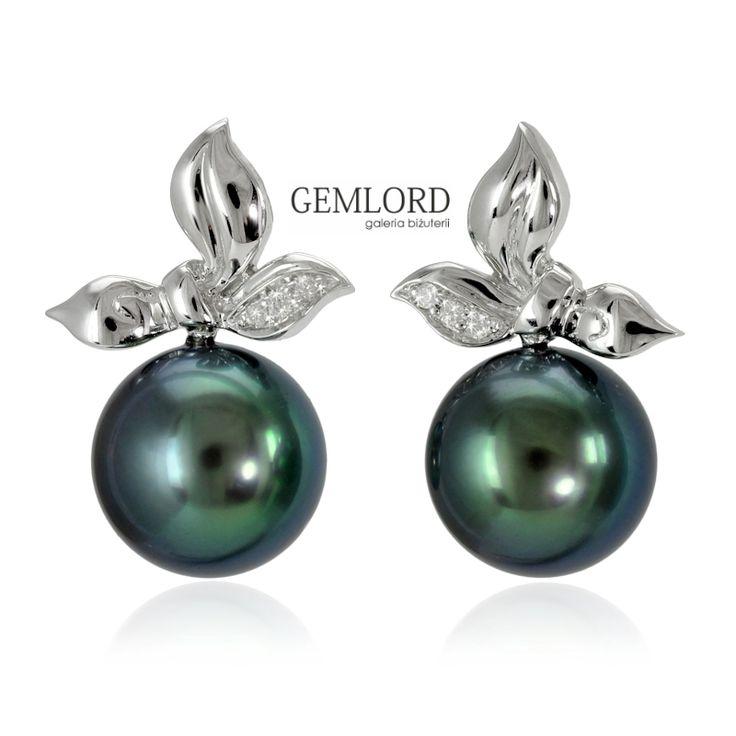 Przepiękne kolczyki z perłami Tahiti. Najwyższej klasy perły morskie o pięknej czarnej barwie z zielonym overtonem i wspaniałym blasku. Efektowna oprawa o formie złotych liści zroszonych kropelkami iskrzących brylantów. #kolczyki #earrings #perły #pearls #perlas