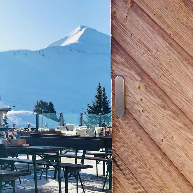 Die letzten Tage hat es geschneit in Alpbach - und jetzt hat uns die Sonne  wieder überrascht. Spitze! Also ab auf die Piste ... oder Sonne genießen auf der Dauerstoa Alm.  #BlogVille #lovetirol #alpbachtalseenland #tirol #tyrol #mountains #austria #österreich #igersaustria #urlaubsgeschichten #kaiserwetter #igerstirol #travelblogger #visitaustria #lovetirol #kaltaberschön #myskijuwel #alpbachtal #skiurlaub #skifahren #skifahrn #skiheil #havefun