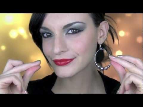 Ciao ragazze,  questo è il make up che vi propongo per capodanno o anche per una festa.  Ho deciso di farvi diverse proposte labbra per accontentare un pò tutti i gusti.  Ho anche pensato per gli occhi di fare inizialmente un trucco senza troppi sbirluccichini...magari per un cenone e poi con l'aggiunta di ciglia finte o di glitter ( che si possono portare comodamente in borsetta) trasformare il look in un make up da discoteca :)    Spero vi piaccia.