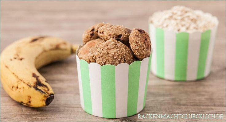 Rezept für kalorienarme Haferflockenkekse ohne Zucker, Butter, Ei und Mehl. Die leckeren veganen Haferflocken-Kekse bestehen nur aus 2 Zutaten!