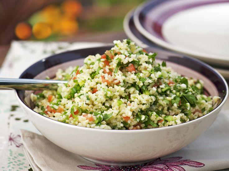 Bulgur-Kräuter-Salat - smarter - Zeit: 30 Min. | eatsmarter.de #eatsmarter #rezept #rezepte #bulgur #getreide #couscous #arabisch #gesund #lecker #kalorienarm #salat #pfanne #beilage #krauter #tomate