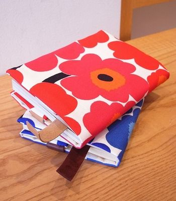 細長いはぎれが余ってしまったら、ブックカバーにしてみるのはいかが?  可愛いマリメッコの絵柄のブックカバーなら、読書の時間がもっと楽しくなりますね♪