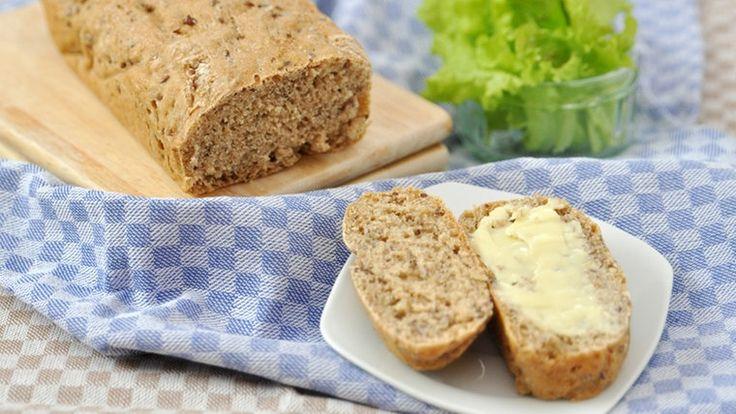 Ein aufgeschnittenes Brot mir Butter.