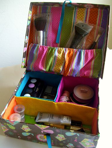 Neceser hecho con caja de zapatos/ makeup box organizer made from shoe box. Recycled crafts. Tutorial here https://www.facebook.com/media/set/?set=a.270762806270383.85161.194463230567008=3