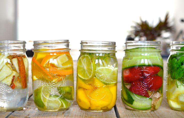 Water love - Rens Kroes Fruitwater (1 liter) *Citrus Kiss: 1 limoen, 1 citroen, ½ sinaasappel en duim gember *Mango Lime: ½ mango en een limoen *Strawberry Love: 6 aardbeien en een ½ komkommer *Applepie water: 1 appel en een kaneel stokje *Pineapple basil: handje basilicum en twee schijven ananas Tip: geschaafde komkommer ziet er mooier uit in het glas