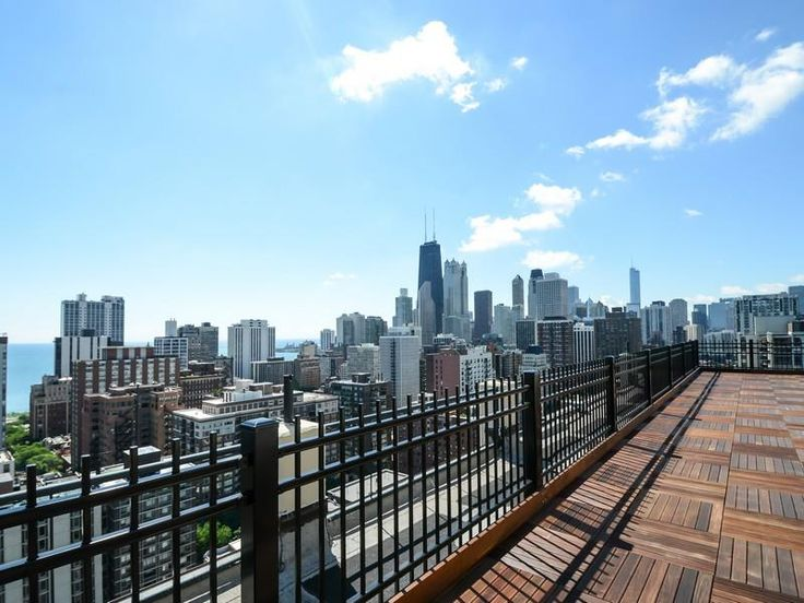 Killer chicago skyline views from the rooftop of this old for 1355 n sandburg terrace chicago il
