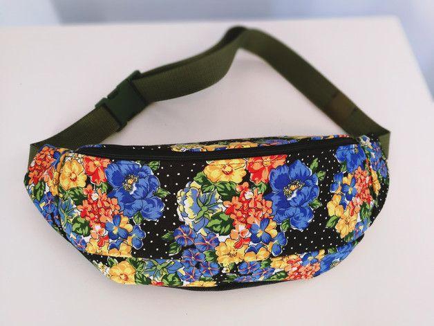 Torebka typu nerka zapinana na zamek, w środku mała dodatkowa kieszonka. Można nosić na wiele sposobów (pasek regulowany, nerkę można nosić przez tułów). Wykonana z nietypowej tkaniny w kwiaty.