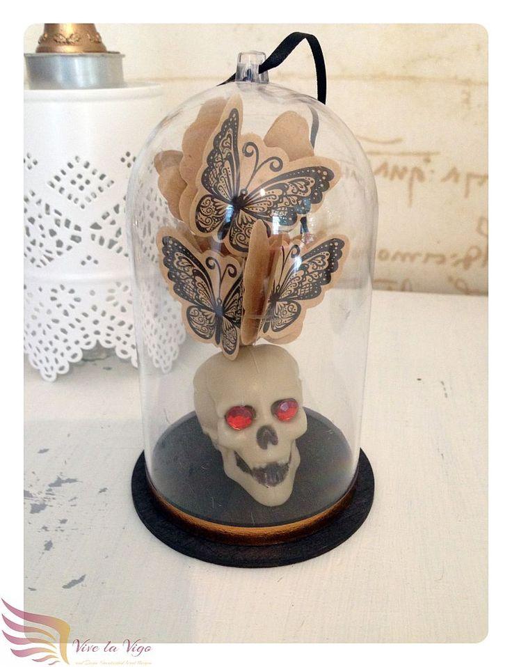 große Glaskuppel mit Totenkopf & Schmetterlingen