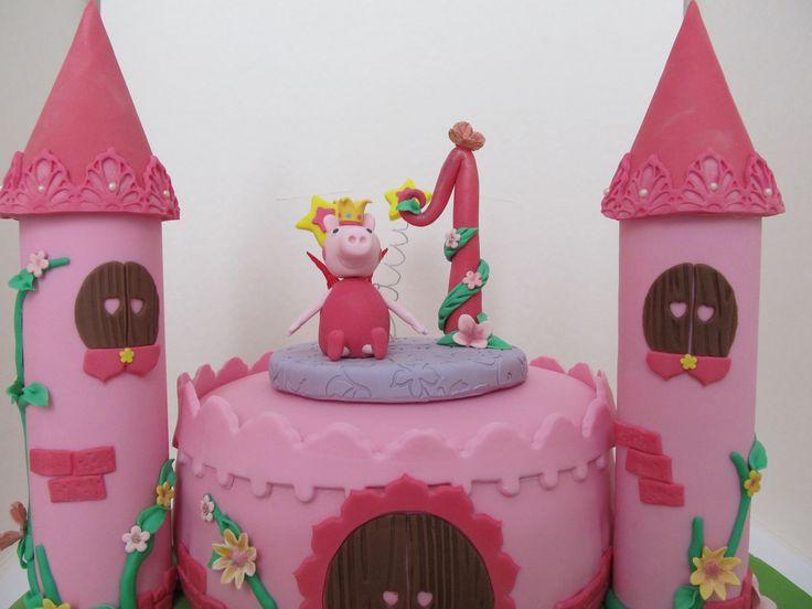 #Peppa Pig : #torta con #Peppa principessa fatina in #pastadizucchero ( #pdz ) con la tecnica del #cakedesign . #Fiori e #farfalle in #gumpaste e #ali in #gelatina