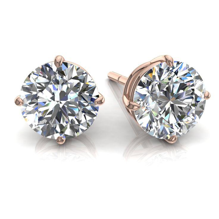 """Boucles d'oreilles puces diamants ronds 1,5 carats et or rose Irina  Diamants & Carats vous présente Irina, charmante paire de boucles d'oreilles diamants ronds 1,5 carats en or rose.  Les puces diamants sont considérées comme """"les classiques"""" dans la joaillerie. Ces boucles d'oreilles de fabrication française sont composées de deux diamants de 0,75 carats chacun.  Ces puces sont serties de quatre griffes (appelées """"chaton""""), ce qui permet de donner un maximum d'éclat à la pierre. Pour vous…"""