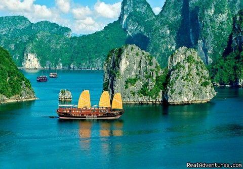 De Baai van Halong :  Deze baai die aan de Golf van Tonkin ligt, is bezaaid met meer dan 3.000 eilanden die bestaan uit  karstgesteente en begroeid zijn met lage struiken.  Door jarenlange erosie ontstond dit prachtige landschap van kegelvormige bergen.  De meeste eilanden zijn onbewoond en sommige herbergen nog enkele natuurlijke grotten,  intussen opgengesteld voor het publiek, waaronder Hon Dau, de Luongrot, Bai Tu Long en Bai Tho.  De lokale bevolking woont hier in drijvende dorpen en…