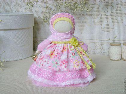Купить или заказать куколка 'Колокольчик' в интернет-магазине на Ярмарке Мастеров. Куколка выполнена по мотивам народной куклы 'Колокольчик'. 'Колокольчик' - это кукла радости и добрых вестей. Родина этой куклы - Валдай, откуда и пошли валдайские колокольчики. Звон колокола оберегал людей от чумы и других страшных болезней. Колокольчик звенел под дугой на всех праздничных тройках. У куколки три юбки, символизирующие три составляющие - Тело, Душа, Дух.