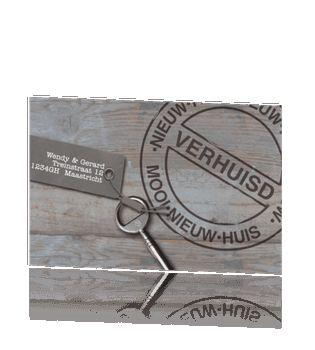 Verhuiskaart van houten achtergrond met label