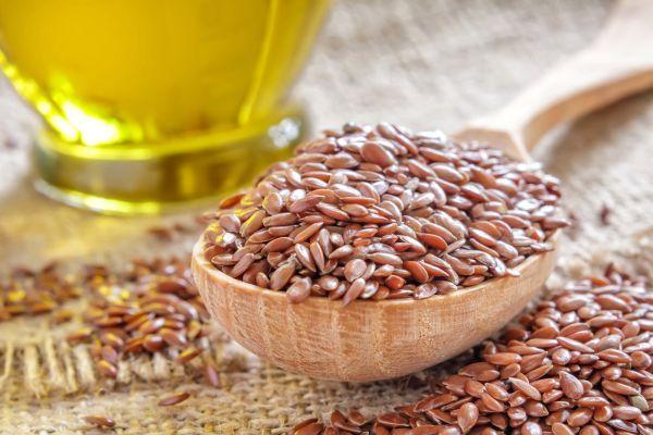 Această băutură pe bază de semințe de in are beneficii multiple pentru sănătate: ajută la eliminarea toxinelor, la îmbunătățirea digestiei, la topirea celulitei și la tratarea ulcerului și gastritei. În plus, ajută la menținerea unei greutăți corporale optime, și la curățarea pielii.