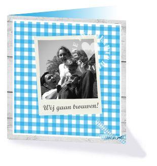 Een stoer trouwkaartje met ruitjes en een strikje uit de collectie 'Lovely wood' van Kaart op Maat