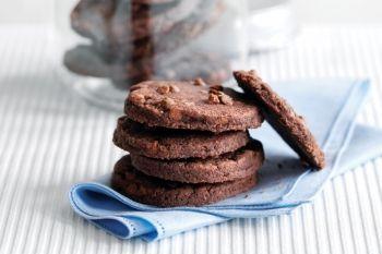 Fursecuri cu strat dublu de ciocolată Acest aluat se congelează foarte bine. Fă o cantitate dublă şi pune la păstrare câţiva cilindri în congelator, gata pentru copt când prietenii vin pe neaşteptate la ceai. Rețete de fursecuri, Reţete cu ciocolată, Reţete rapide, Reţete de deserturi, Rețete simple, Pentru familie, Rețete pentru brunch, petrecere, Reţete pentru deserturi, Internationala, paste, Rețete Copiii în bucătărie, Rețete cu 5 ingrediente sau mai puțin, Craciun