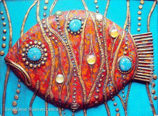 основа ДВП, рыба украшена декоративными элементами из холодного фарфора и цветных круглых стёклышек . В работе использованы акриловые краски.Картина панно рисунок Роспись  Красная рыба  Краска Пенопласт Фарфор холодный фото 1