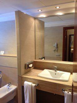 Schönes, großes Badezimmer - allsun Hotel Estrella & Coral de Mar Resort & Spa