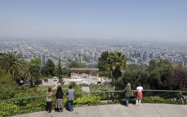 Do alto dos mirantes, aprecie vistas panorâmicas de Santiago. Foto: Getty Images