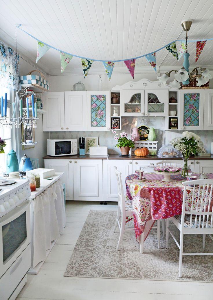 Vaalea, iloinen keittiö. Light and joyful kitchen. | Unelmien Talo&Koti Toimittaja: Anette Nässling Kuva: Toni Hörkönen