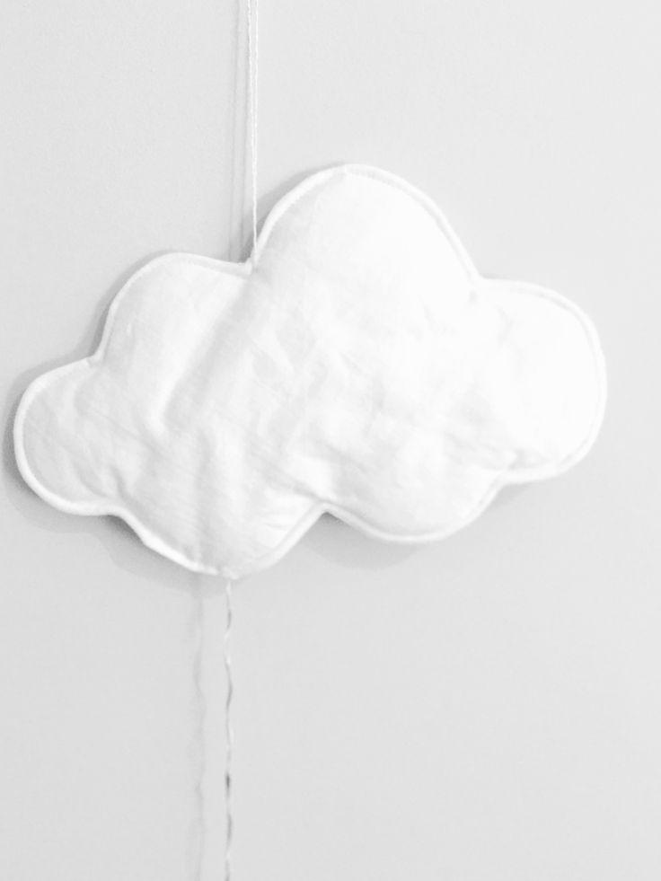 Veilleuse nuage blanche Réalisée en drap ancien teint Elle s'éclaire grâce à 10 LED avec un interrupteur et 2 piles LR6 (non fournies) Dimensions 27 x 18cm Prix : 40 €